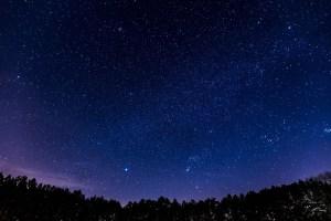 Fantastyczny świat baner projektu z rozgwieżdżonym nocnym niebem