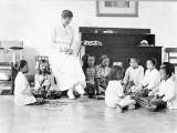 Klasa indonezyjskiej Szkoły Kartini z nauczycielką i uczennicami