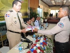 Ministro de Defensa entrega pergamino.