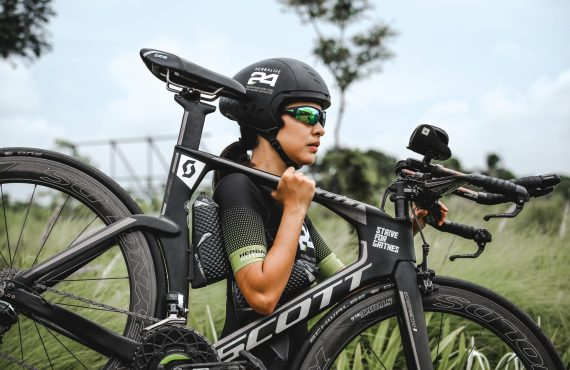 Video: Two triathletes prove anything is possible