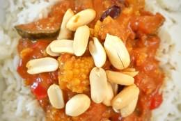 Warmwürziger Gemüsetopf mit Romanesco und Erdnuss