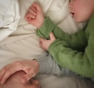 Einschlafbegleitung von Kleinkind und Baby im Familienbett