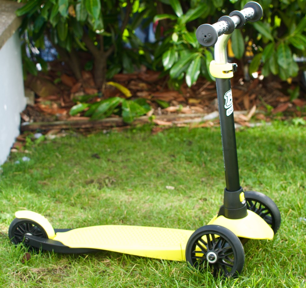 review if the Oxelo scooter, a great introduction to balance and scootering for 2 - 4 year olds.