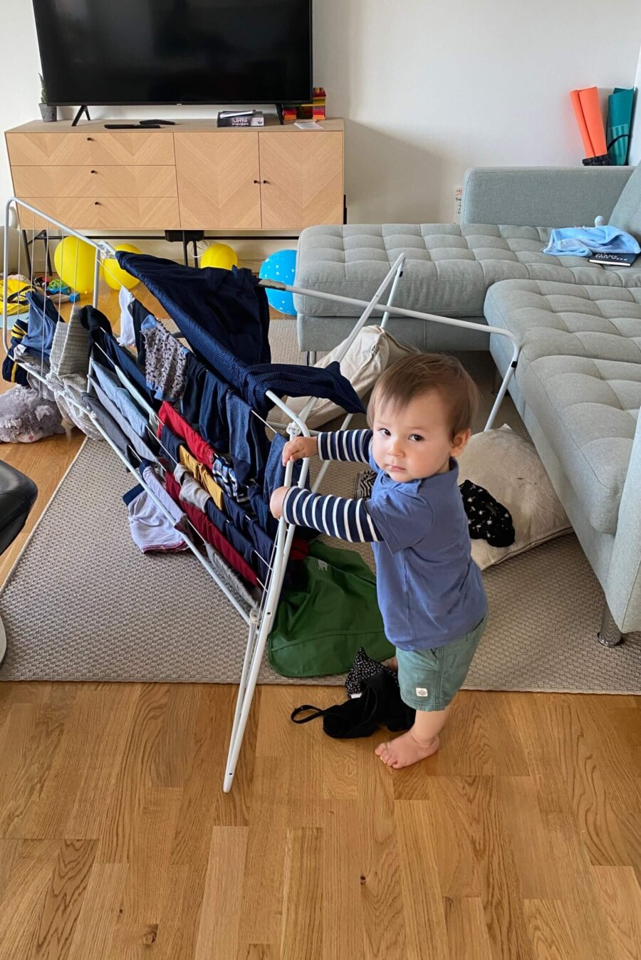 baby Oscar pushed the washing rack on the floor