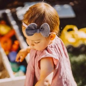 Babyschleife – malvenlila Musselin