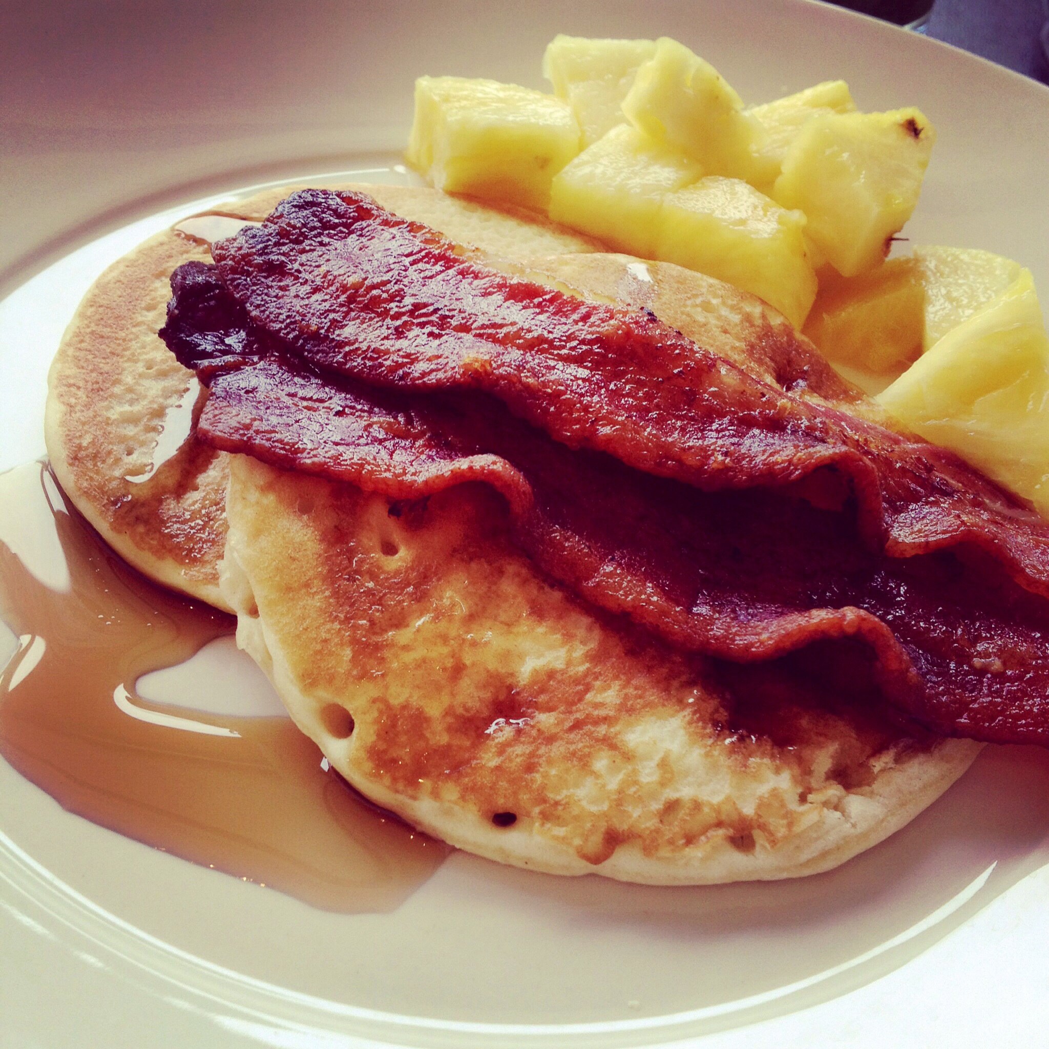 Fluffy American pancakes with super crispy bacon
