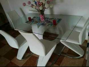 Se vende mesa de comedor, con sus sillas.