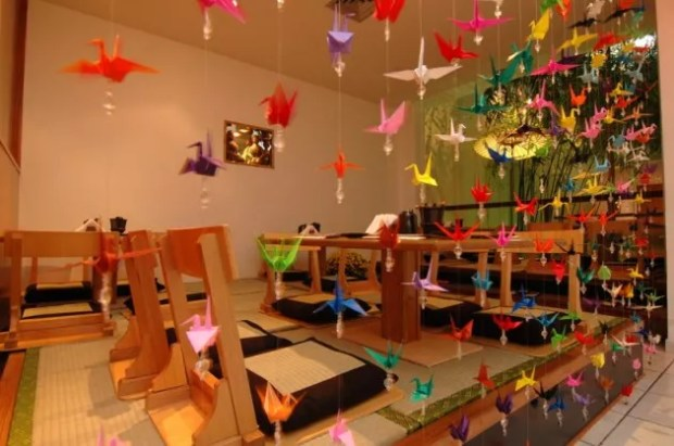 Cortina feita com origamis de tsuru (Foto: Maria Rosa/Mundo-Nipo)