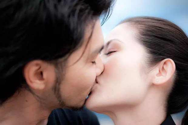 Casal de japoneses se beijando em público (Foto: Picssr Photos)