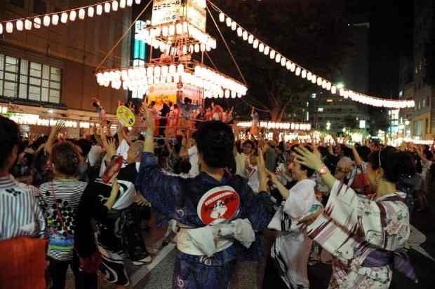 Japoneses em Tóquio participam da tradicional dança Bon Odori (Foto: Xinhua)