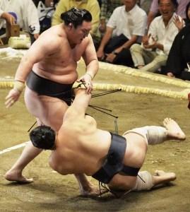 Hakuho derrotou Aminishiki no 5º dia do Torneio de Sumô de Verão 2015 (Foto: Kyodo)
