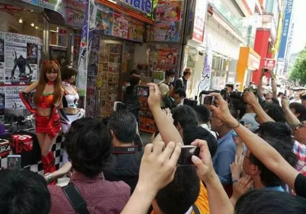 Cosplay em frente uma loja na Avenida Chuo Dori (Foto: Response-jp)