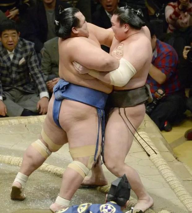 Kotoshogiku vence Hakuho no 11º dia Torneio de Sumô de Ano Novo 2016 (Foto: Kyodo)
