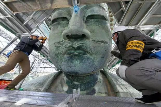 Trabalhos de restauração no Grande Buda de Kamakura (Foto: AJW Images)