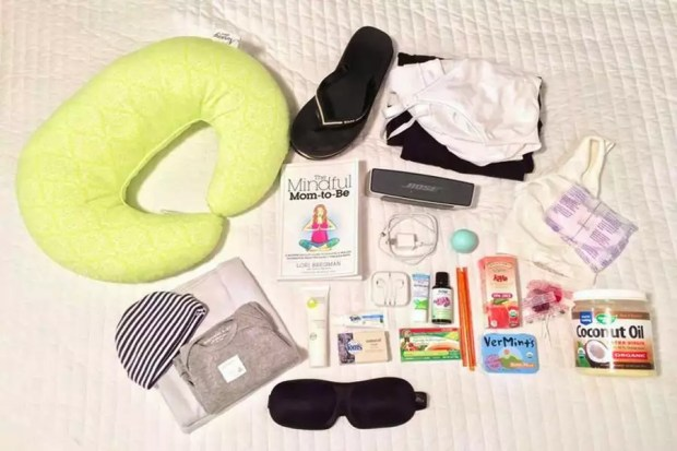 Itens que uma mãe nos Estados Unidos leva para maternidade (Foto: Reprodução/WaterAid)