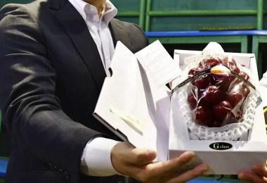 Leilão 2019 de uvas Ruby Roman 2019   Foto: Reprodução / Kyodo