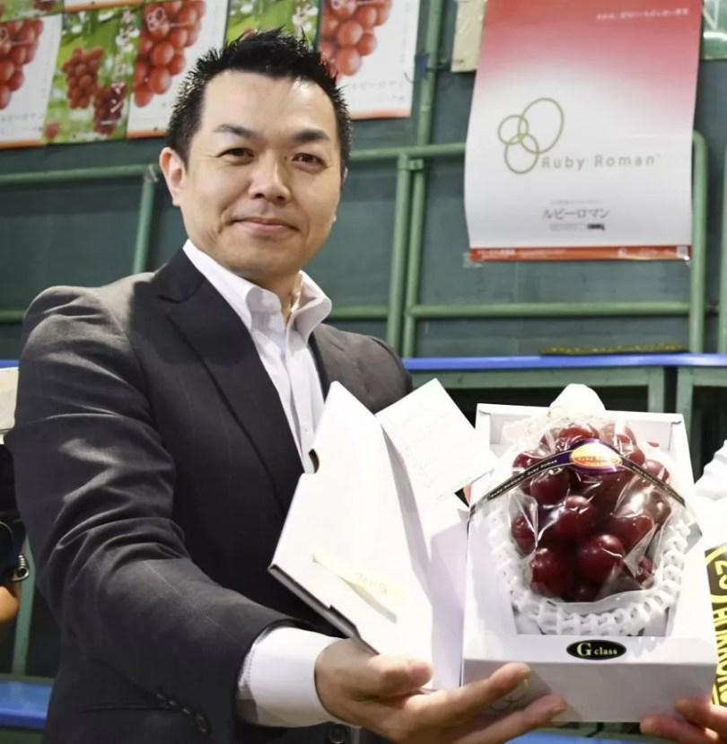 Takashi Hosokawa exibe o cacho que ele arrematou por uma pequena fortuna | Foto: Kyodo