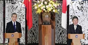 Ministro chinês Wang Yi (E) e o homólogo japonês Toshimitsu Motegi (D) em coletiva de imprensa em Tóquio em 24/11/2020 | Foto: Pool/Kyodo