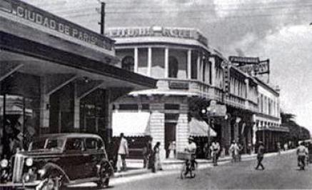 """Maravillosa toma de la sexta avenida de nuestra ciudad en 1950."""" Foto y comentario por Juan Artuto Perez. **Excellent take, picture of the Sexta Avenida, The sixth Avenue. in Guatemala City in the 50s."""