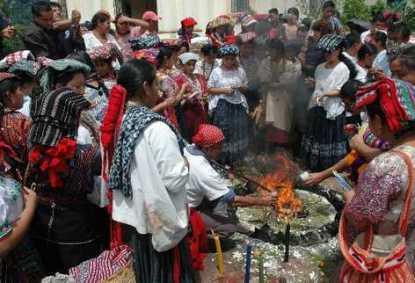 Ceremonia Maya en la que participan las aspirantes a Rabín Ajaw