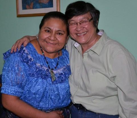 Dra. Rigoberta Menchú Tum, con la activista guatemalteca de los Derechos Humanos Helen Mack Chang.