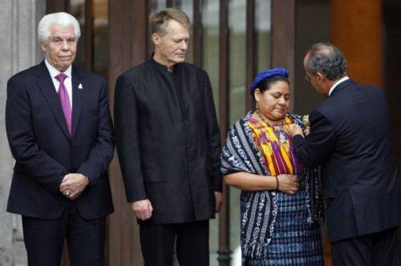 Recibiendo la Orden del Aguila Azteca, de manos del presidente de México Felipe Calderón