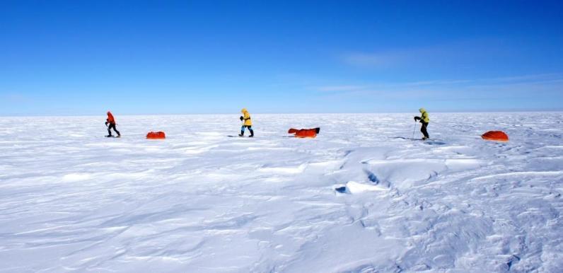 Andrea Cardona recorriendo los 111 Kms. del desierto de hielo hata el grado cero del Polo Sur. Corazón resistiendo y bandera lista. Fotografía Andrea Cardona - Andrea Cardona, alpinista