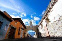 Antigua Guatemala, calle del Arco de Santa Catalina - foto por Mario Mejia