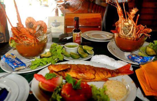 Caldo de Mariscos y un pargito frito, foto por Bill Pino