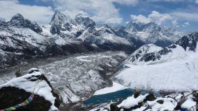 Despidiendonos de Gokyo... subiendo ...subiendo ...subiendo. Fotografía de Andrea Cardona. - Andrea Cardona, alpinista