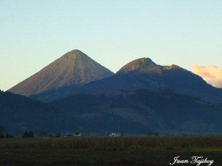 Volcanes Santa Maria y Cerro Quemado desde los Llanos de Urbina Cantel Quetzaltenango Juan Tajiboy - El Origen del Departamento de Quetzaltenango