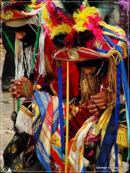 Cofrades haciendo una oración antes de subir al Palo Volador en Cubulco Baja Verapaz. German Velásquez - La Tradición del Palo Volador