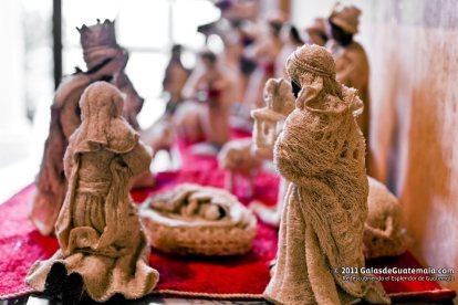 Estampa del nacimiento artesanía hecha en pashte policromado por el artista Edin Coc Macz de San Pedro Carchá A. V. en la exposición de misterios de Navidad. Fotografía Maynor Marino Mijangos - Las Artesanías de la Epoca Navideña en Guatemala