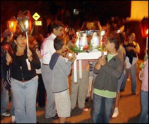 Las Posadas en Guatemala. Fotografía tomada del sitio web todopormiguate 300x249 - Tradiciones de Guatemala