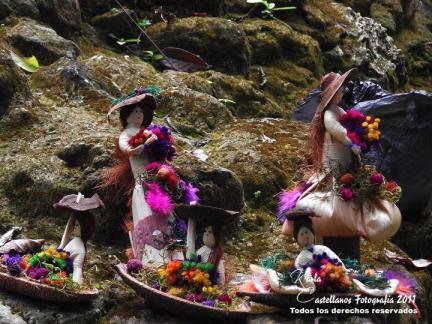 Muñecas de tusa en el sitio arqueológico Uaxactún. En uno de los montículos está la señora con su nena de 3años ofreciendo a todo el que pasa frente a ella. Fotografía de Karla Castellanos. - Las Artesanías de la Epoca Navideña en Guatemala