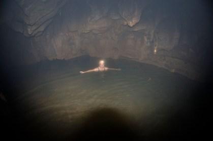 Cueva del Tigre Izabal poza de 7 metros de profundida por la cual hay que pasar foto por Maritza Avila e1374520569610 - Guía Turística - Cuevas y Grutas en Guatemala