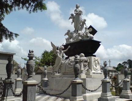 cementerio estatua 1 - El origen del Cementerio General de Guatemala