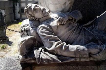 cementerio lapida con muerto 300x199 - El origen del Cementerio General de Guatemala
