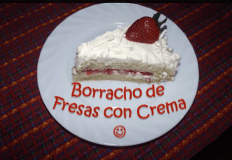 Video por Recetas Chapinas y Más – Pastel Borracho de Fresas con Crema