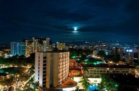 Fotografia noctura de la Zona 10 la Zona Viva de la Ciudad foto por Maynor Marino Mijangos - Galería – Fotos de la Ciudad de Guatemala