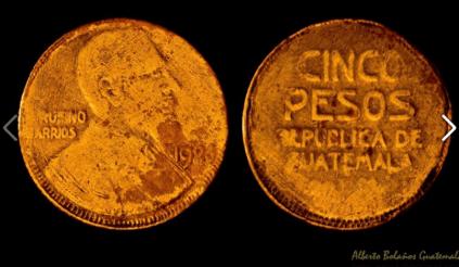 Moneda de 5 pesos -- foto por Alberto Bolanos