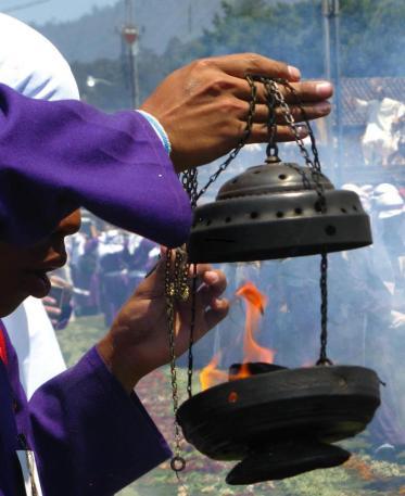Cuaresma Soplando el Incienso foto por Sergio Molina - Galeria - Fotos de La Cuaresma y Semana Santa en Guatemala