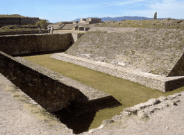 Juego de Pelota M campo en Oaxaca por Bobak Ha Eri - El Juego de Pelota de Los Mayas