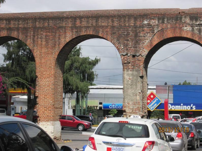 Arcos del antiguo acueducto foto por Blaymiro Gramajo - Montículo la Culebra y Acueducto de Pinula