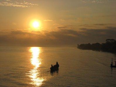 Pescadores al amanecer Playa de Livingston Izabal foto de Gustavo Rodríguez - Guía Turística - Livingston, Izabal y el Caribe Guatemalteco