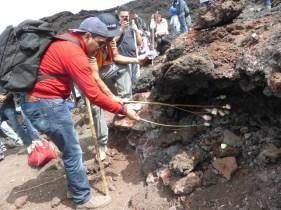 Amigos cocinando malvaviscos en rocas incandescentes - Guía Turística - Volcán de Pacaya