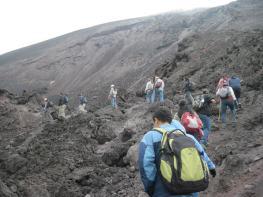 Caminata sobre lava petrificada en el cono MacKenney