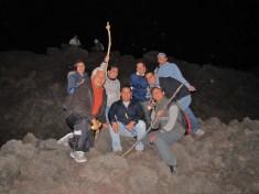 Grupos de personas viajan de noche para contemplar la lava