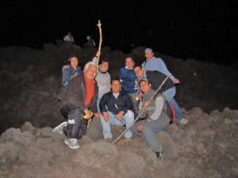 Grupos de personas viajan de noche para contemplar la lava - Guía Turística - Volcán de Pacaya
