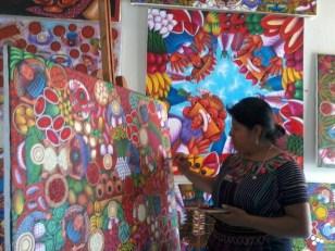 Mujeres y hombres por igual crean hermosas pinturas que te asombrarán - Guía Turística - San Juan La Laguna, Sololá